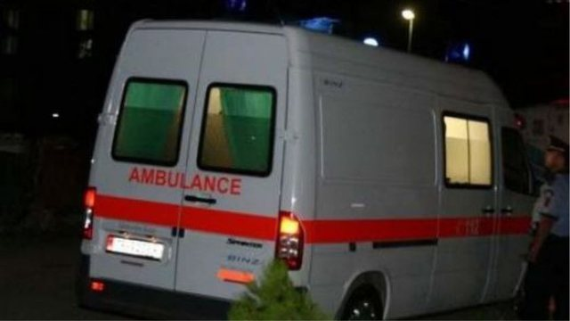 E rëndë në Tiranë, 50-vjeçari vetëplagoset me