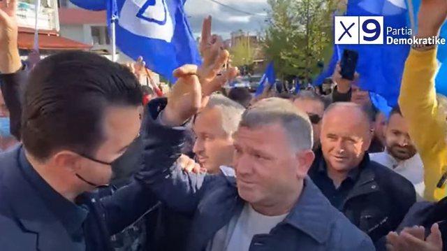 Qytetari gris teseren e PS dhe i bashkohet PD,  Basha: Socialistët