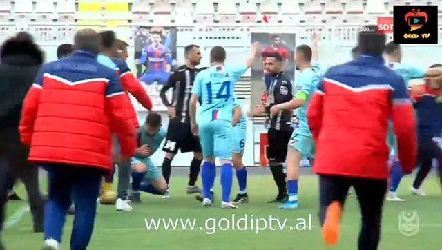 Plas sherri në fundin e ndeshjes, futbollisti i Laçit godet me stil