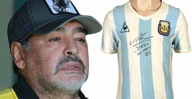 Del në ankand fanella me të cilën Maradona debutoi në