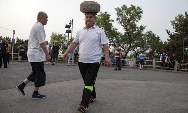 """Kinezi """"çmendi"""" botën, me një gurë në"""