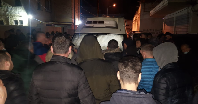 PD bllokon furgonin me ndihma në Berat, Meta: Ngrehuni dhe bjeruni,