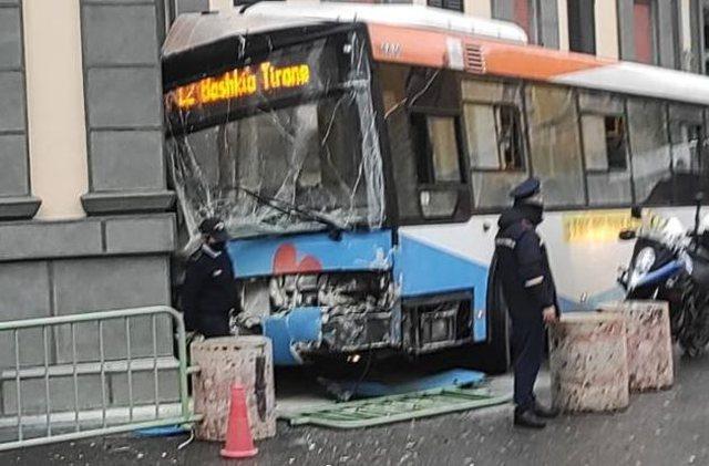 Aksident pranë Bashkisë së Tiranës, përplaset autobusi,