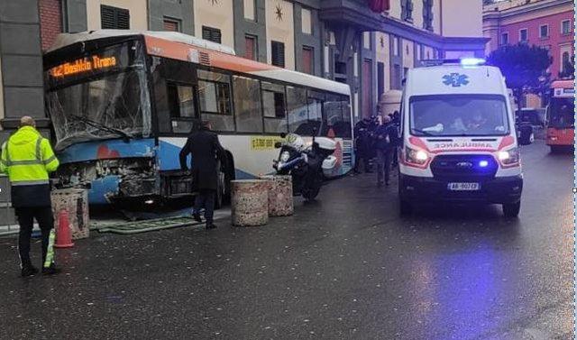 Aksidentohet autobuzi pranë Bashkisë së Tiranës, plagosen 4