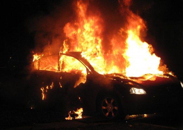 """Ishte i parkuar, merr flakë dhe digjet pjesërisht """"BMW-ja"""""""