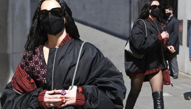 E veshur në ngjyrat kuq e zi, Dua Lipa merr vëmendjen rrugëve
