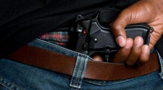 Lëvizte me armë zjarri në shkollë, policia shoqëron