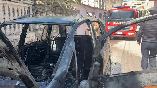 Pse digjen makinat në Vlorë? Policia pa përgjigje!