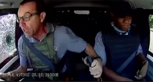 Mbi makinën e tij zbrazen 30 plumba, shoferi hero ruan qetësinë