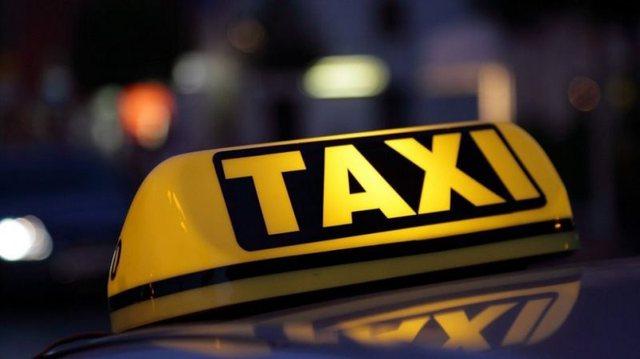 Taksisti shqiptar mbyll në makinë 20-vjeçaren greke, i heq