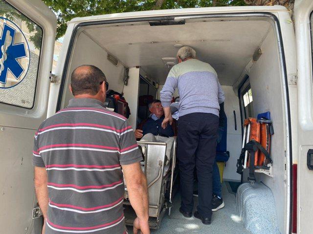 Aksidenti i pazakontë në Sarandë, makina del nga rruga dhe mbetet