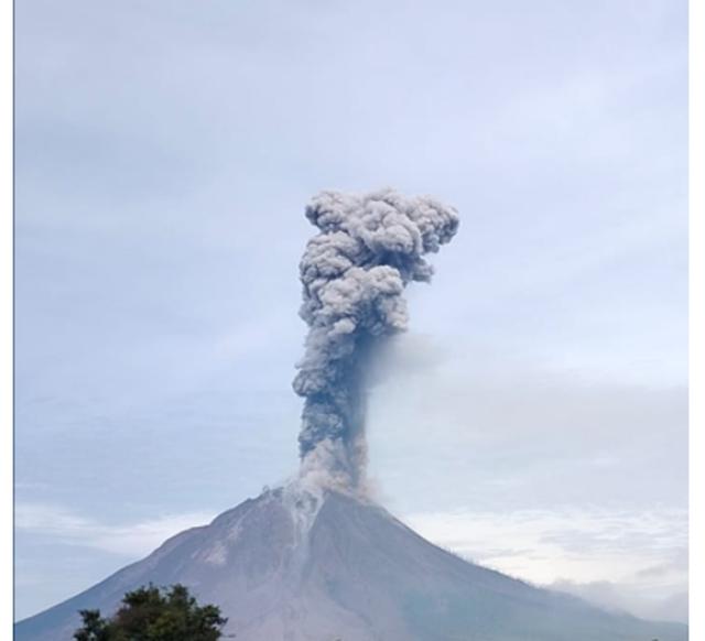 Vullkani Sinabung vazhdon aktivitetin, banorët alarmohen nga hiri që u