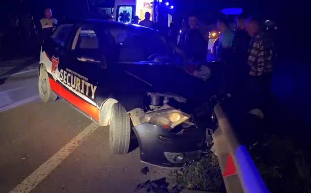 Aksident i rëndë në Elbasan, makina bëhet copë pas