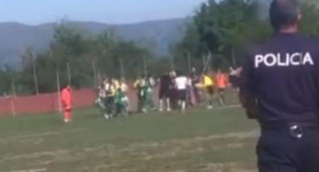 Video/ Plas grushti në futbollin e femrave në Shqipëri, tri