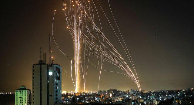 Publikohen pamjet,momenti kur palestinezët lëshojnë qindra raketa
