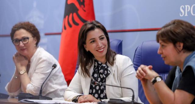Ministrja Kushi qetëson maturantët para provimeve, shpjegon organizmin