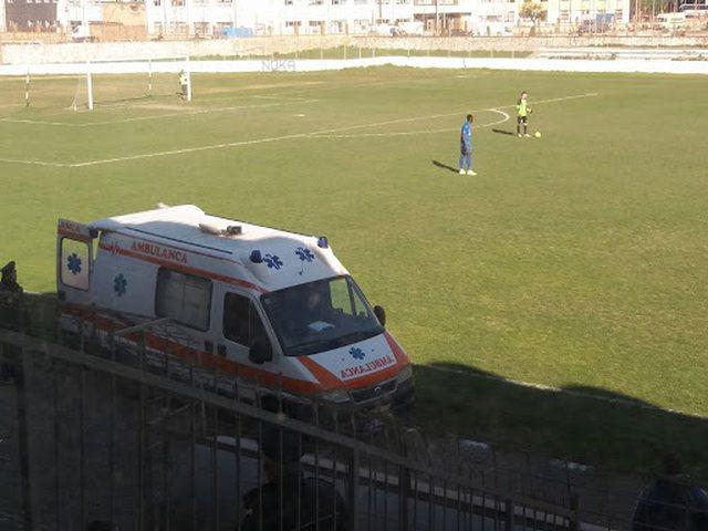 Përplaset me kokë gjatë ndeshjes, futbollisti shqiptar