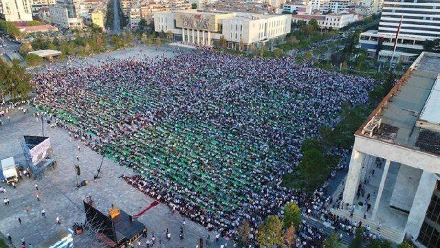 Pandemia nuk shihet si pengesë, mijëra besimtarë myslimanë