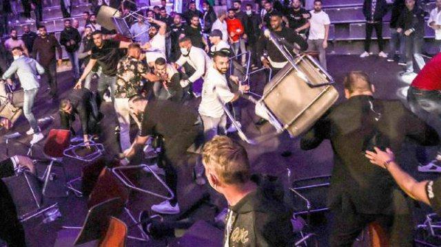 Ndeshja e boksit kthehet në arenë lufte,  tifozët
