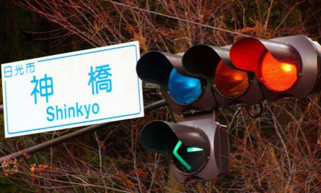 Në Japoni semaforët janë ngjyrë blu, nuk do ta besoni arsyen