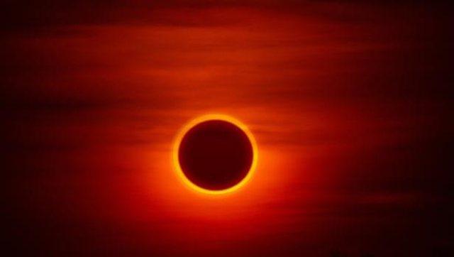 Një rreth i zjarrtë shfaqet në qiell, shihni eklipsin spektakolar