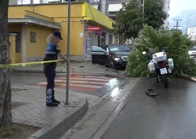 """E frikshme në Tiranë/ """"Benz""""-i me shpejtësi i"""