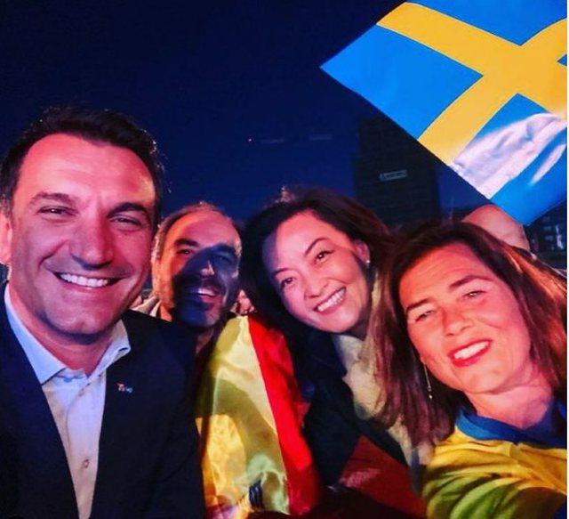 Me birra përpara, Yuri Kim ndjek ndeshjen Suedi-Spanjë bashkë me