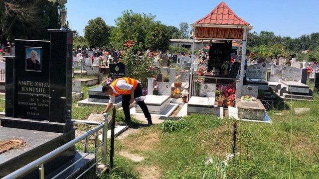 Temperaturat e larta dhe qirinjtë e ndezur, varrezat e Gjirokastrës