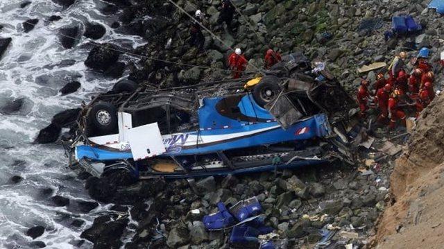 Autobusi bie në humnerë, humbin jetën 27 minatorë
