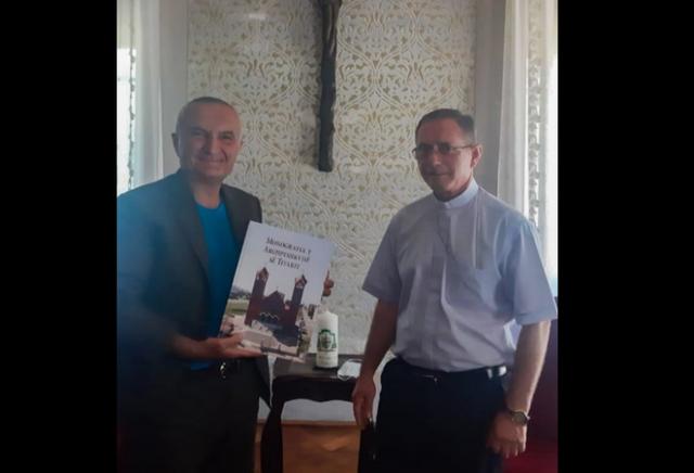 Meta publikon foton me Arqipeshkvin e Tivarit, zbulon dhuratën e