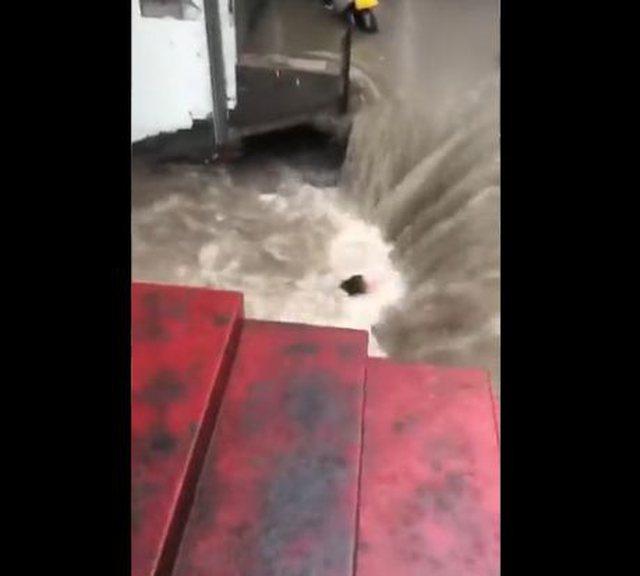 Vërshimet e ujit e marrin me vete, pamjet rrëqethëse kur gruaja