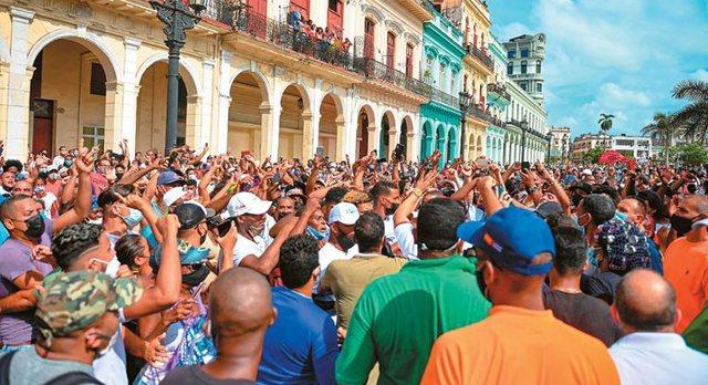 Mungesa ushqimesh dhe ilaçesh, mijëra protestues mbushin rrugët