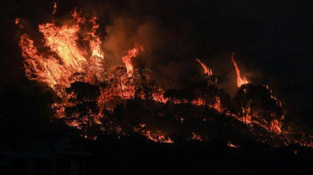 Panik në Greqi, bie zjarr në Selanik, flakët përfshijnë