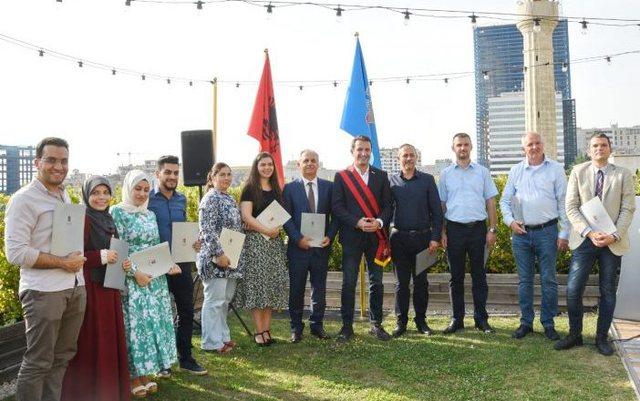 Mbi 11 të huaj bëhen shqiptarë, Veliaj: Dëshmi se kryeqyteti