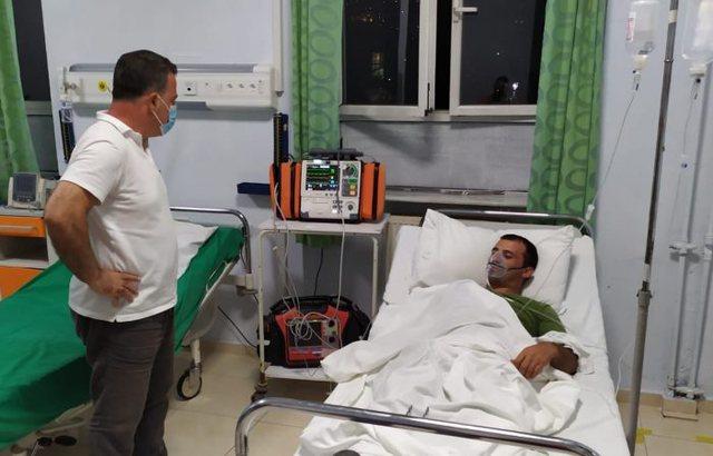 Peleshi viziton në spital ushtarin që u asfiksua nga flakët