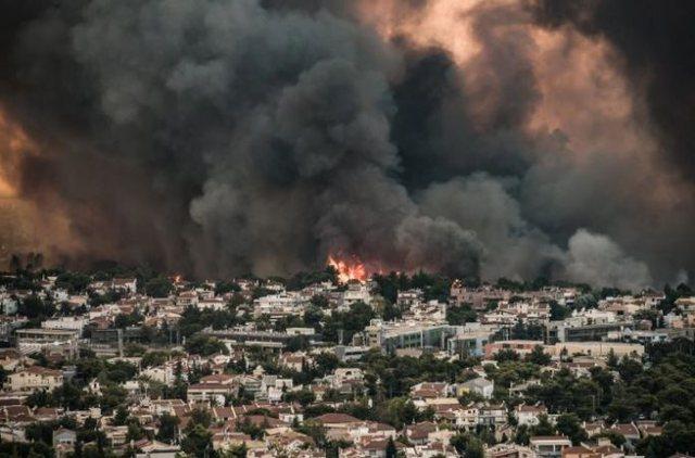 Foto/ Pamje dramatike nga Greqia, flakët shkrumbojnë një qytet