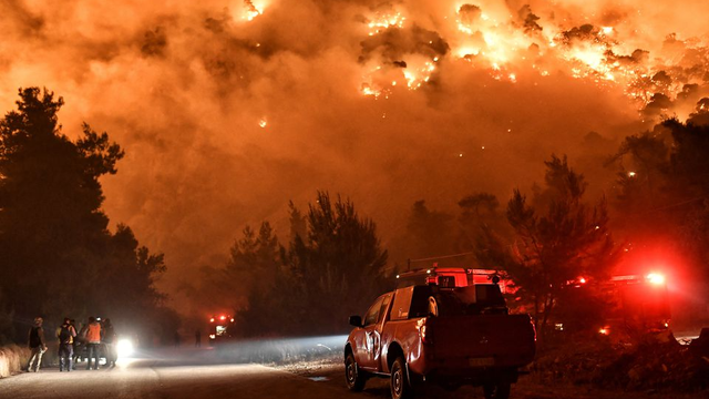 Rëndohet situata e zjarrit në Greqi, digjen 80 shtëpi,