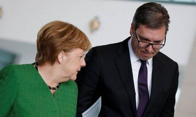 Në mes të Beogradit, Merkel i kërkon Vuçiqit ta njohë