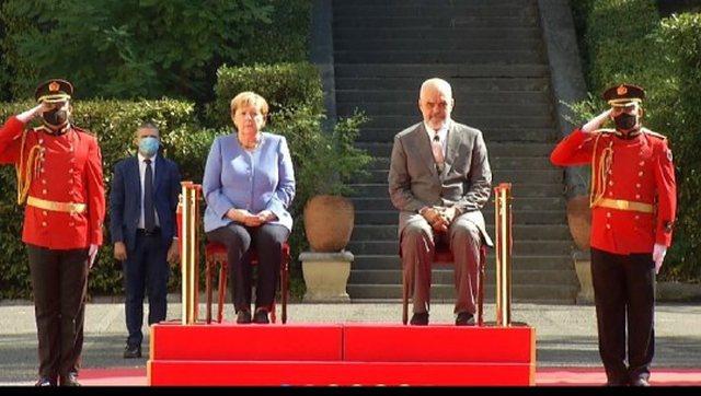 Qëndruan të dy të ulur, Angela Merkel kërkoi karrige