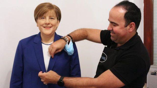 """""""Asnjë si ajo"""", adhuruesi i Angela Merkel blen 10 mijë euro"""