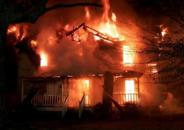 Zjarr në Gjirokastër, digjet një shtëpi e vjetër