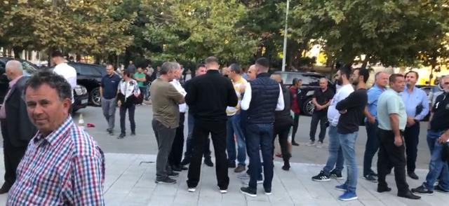 Simpatizantët dalin për të pritur Berishën në