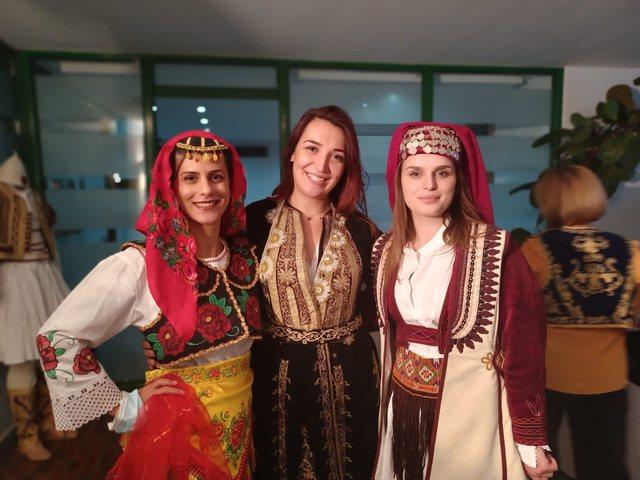 Vallet popullore shqiptare ngrenë në këmbë Athinën