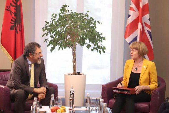 Ministrja britanike për Evropën i shkon në zyrë Bledi