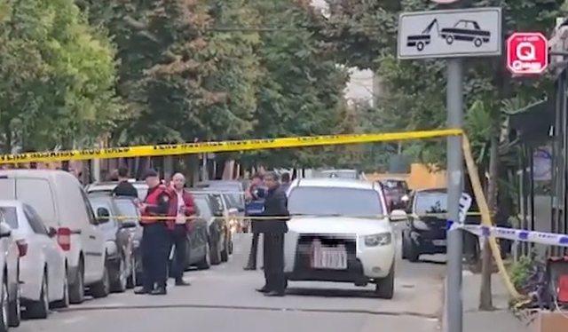 """""""Blindohet"""" Tirana, si u plagosen dy të rinjtë me armë"""