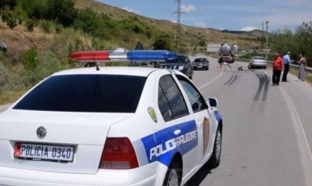 Polici i dehur bën aksident në Ersekë, edhe makinën e kishte
