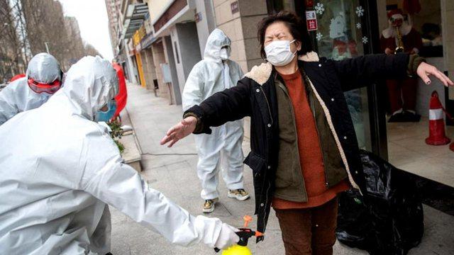 Covid-19 përhapet në 25 qytete kineze, qeveria pezullon qarkullimin