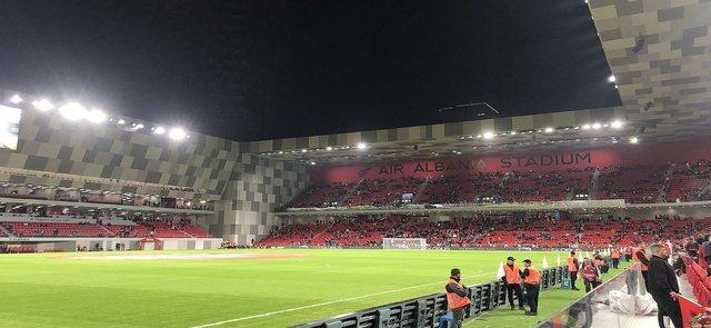 """""""Air Albania Stadium"""", mbërrijnë llambat për të"""