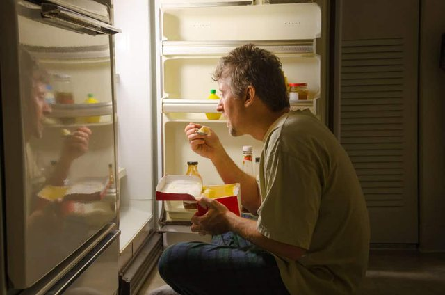Zgjoheni natën të uritur? Ja ushqimet që mund ti konsumoni pa u