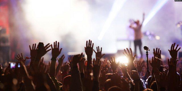 Këngëtari shqiptar tregon për fitimet në muzikë: Kam